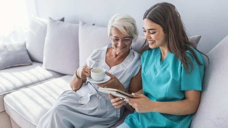 ¿Qué formación necesitas para trabajar enfermería geriátrica?