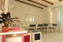 Un rincón tranquilo y acogedor para aprender Grafología. Servicio de café, refrescos, consulta bibliográfica y zona de investigación, a disposición de los alumnos