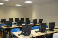 Aula de informática con 16 puestos conectados a Internet. Cuenta además con audio y retroproyector.