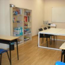 Todas las aulas constan de pizarra blanca y mobiliario móvil para agrupaciones de estudiantes.
