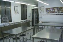 El laboratorio de Dietética (en la imagen, un detalle) es un espacio amplio que dispone de una completa cocina