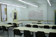 El Centre dispone de 18 aulas, laboratorio y despachos para tutoría