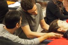 Las clases tienen asesoramiento al estudiante por un profesor y un asistente en cada seminario.