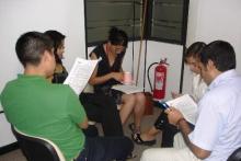 Equipo de estudiantes hacen un trabajo grupal