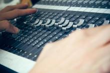 Mesa de mezclas del estudio de radio