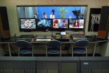 FOTOGRAFÍAS DEL PLATÓ, CICLORAMA Y CONTROL S3D (Cámaras 3D/Mezclador 3D/Procesadores 3D/Monitores 3D/Sonido surround Hi-End. Telepromter con remoto. Steadycam de doble brazo. Grúa con cabeza robotizada 2D. Railes flexibles para cualquier forma. Cámaras fotográficas réflex profesional y medio formato con respaldo digital. Portafondos (varios colores), ciclorama blanco y croma verde/azul. Iluminación por flashes compactos y de estudio, fluorescencia, halógena, descarga y led controlable por DMX. Accesorios de iluminación)