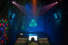 """FOTOGRAFÍAS DE LA SALA DE CONCIERTOS - DJ (Escenario de 20 m2/Subwoofer (18""""). Pantalla de proyección microperforada con 3 monitores detrás (Cada uno, con motor y 2 altavoces de 15""""). Iluminación espectacular con láser, robotizados wash y spot, scanners, ultravioletas, barras de leds, 12 par 64, máquina de humo bajo, hazer, controlador hardware y software. Equipo dj)"""
