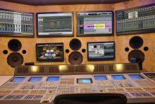 EDIFICIO CRASH. CRASH es un complejo de estudios diseñados para poder realizar una producción audiovisual sin salir del edificio. Incluye 15 salas para sonido, foto, vídeo, radio, tv y cine, equipados con equipos de la más alta gama con el propósito de capturar la esencia artística y técnica de un proyecto. Su acústica profesional permite disponer de una referencia exacta de lo que está sonando. Las más de 350 tonalidades de materiales acústicos colocados sólo en el Estudio de Producción Musical permiten que el músico obtenga el sonido requerido y los técnicos monitorizen sólo la señal que está en los cables. Su construcción y diseño, tanto a nivel acústico como del sistema de monitoraje, ha corrido a cargo de Phillip Newell (Queen, Elton John, Mike Oldfield -fué el ingeniero de sonido en Tubular Bells-, etc), considerado como referente en acústica de estudios a nivel mundial (Ha diseñado más de 200 estudios en más de 30 paises).