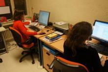 Alumnas haciendo prácticas curso Marketing Digital