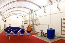 Planta piloto y sala de exposiciones con instalaciones funcionales de equipos