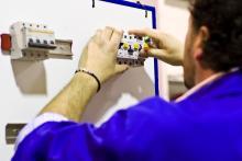 Talleres dotados de bancos de pruebas, paneles con instalaciones reales y funcionales para la realización de prácticas