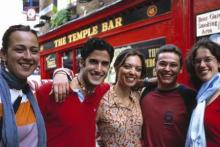Alumnos en el famoso Temple Bar, en Dublín.