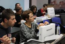 Estudiantes recibiendo el ordenador MacBook Pro (opcional)