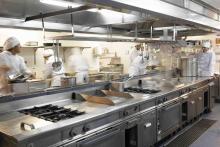 Los futuros directivos y cocineros pasan por el aula cocina de restaurante Carta