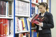 La biblioteca cuenta con material bibliográfico y audiovisual para uso de la comunidad educativa