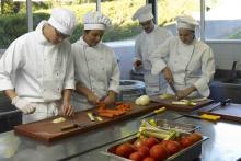 Los futuros directivos y cocineros pasan por el aula Cuarto Frío