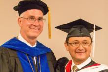 Dr. Fozard, presidente de MACU y Nestor, nuestro alumno, en la graduacion de Mayo del 2015