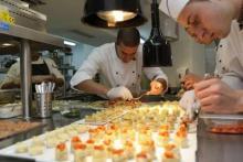 Alumnos demostrando sus habilidades en el Restaurante Talents.