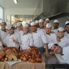 Alumnos después de su clase de panadería.