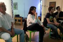 Participantes escuchando atentamente durante un taller.