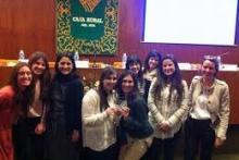 Alumnas de Albaydar recibiendo un premio del Congreso Incontro Romano
