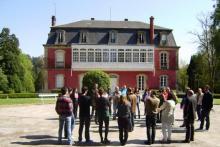 Clase en el exterior del Campus de la Escuela de Negocios IFFE Business School en Oleiros, A Coruña, Galicia