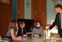 Alumnos trabajando en grupo en la Escuela de Negocios IFFE Business School en Oleiros, A Coruña, Galicia
