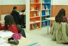 Los más pequeños realizan sus tareas y deberes diarios, con la atención personalizada de una profesora.