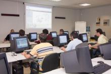 Alumnos realizando prácticas de peritación con sistemas informáticos